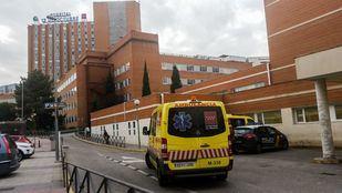 Ambulancia saliendo de las urgencias del hospital 12 de Octubre.