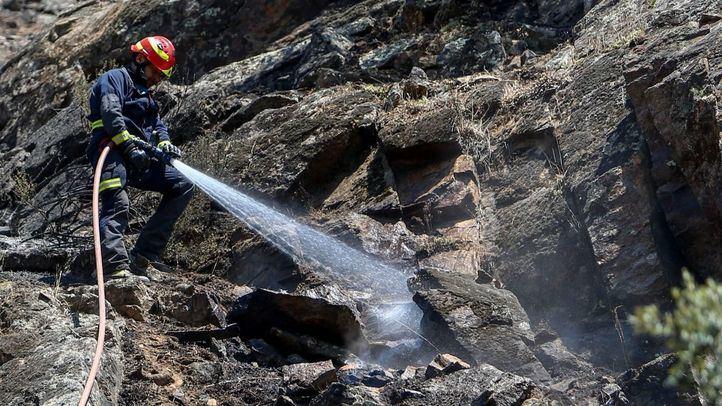Los bomberos continúan trabajando en la extinción del incendio del Pantano de San Juan