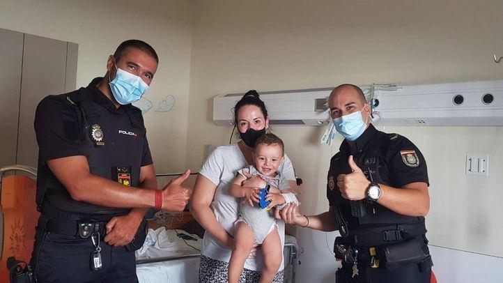 Los dos agentes posan junto al pequeño y su madre en el hospital