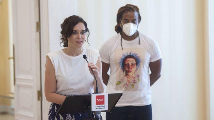 La presidenta de la Comunidad de Madrid, Isabel Díaz Ayuso, ofrece una rueda de prensa tras su reunión con el artista cubano Yotuel Romero en la Real Casa de Correos