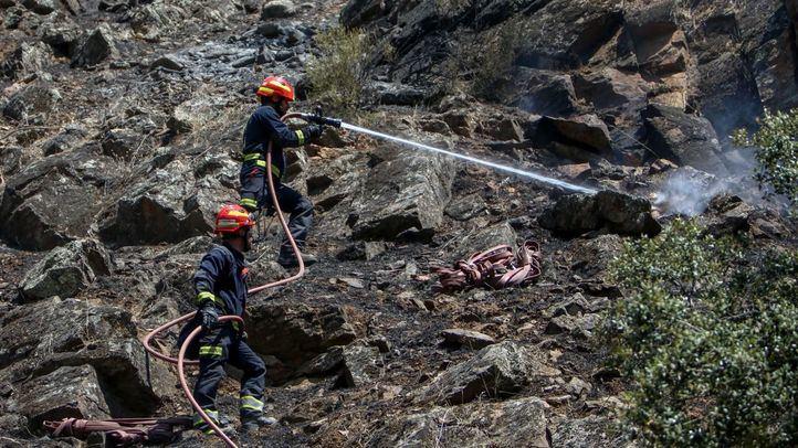 Los bomberos trabajando en la extinción del incendio del Pantano de San Juan