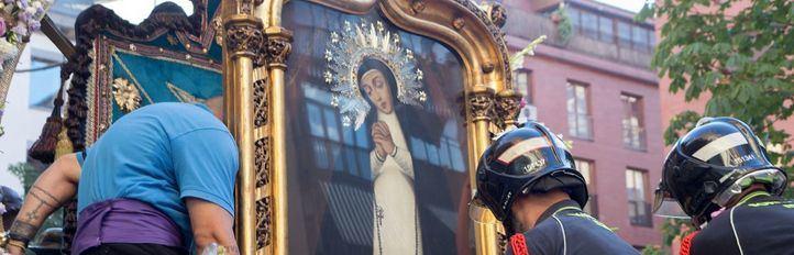 Varios momentos de la gran procesión que cerró las fiestas de La Paloma
