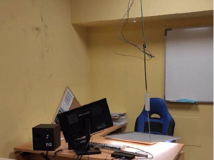 Interior de la oficina donde quedó atrapado el ladrón