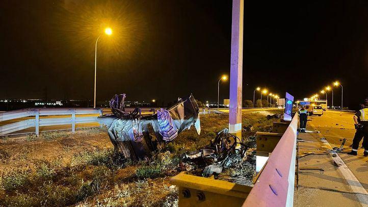 Estado en el que quedó el vehículo tras chocar contra un poste metálico de señalización.