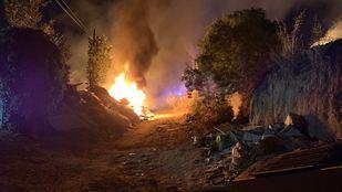 Ocho dotaciones de Bomberos para sofocar un incendio de pastos en Fuencarral