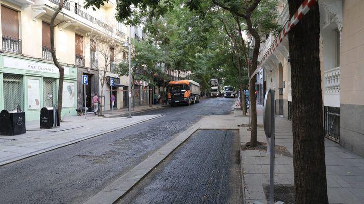 Begoña Villacís, Paloma García Romero y José Fernández visitan los trabajos de mejora del pavimento que se están desarrollando en la calle Castelló