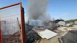 Un incendio en una chatarrería en la M-40 deja una visible columna de humo