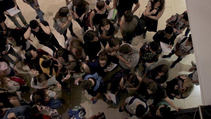 Foto de archivo de jóvenes esperando en los exámenes de selectividad