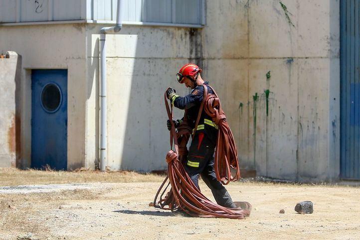 Bomberos permanecen refrescando la zona calcinada en Batres