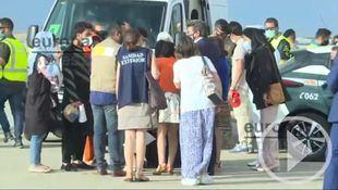 Robles, Darias y Escrivá reciben a 260 personas procedentes de Afganistán