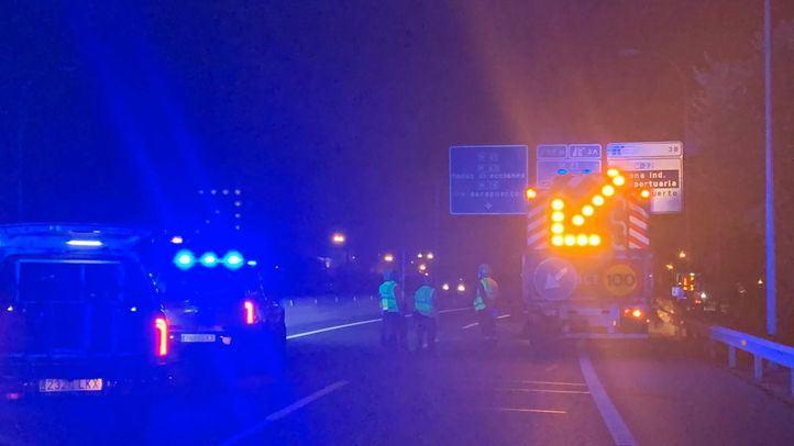 Un turismo impacta contra un camión de conservación de la carretera, vuelca y sus dos ocupantes quedan atrapados.