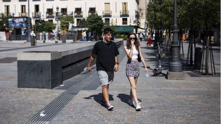 Varias personas caminan por Madrid el primer día de mascarillas no obligatorias en la calle