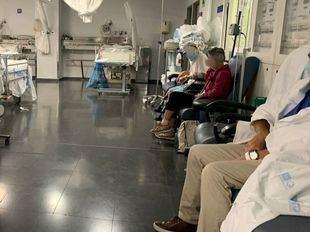 El Hospital de la Paz, saturado con pacientes atendidos en sillones y camas en pasillos