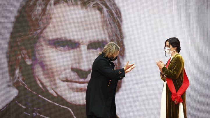 Isabel Díaz Ayuso, presidenta de la Comunidad de Madrid, entrega la gran Cruz del Dos de Mayo a Nacho Cano