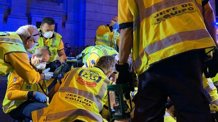 Los equipos del Samur intentan reanimar a un varón de 33 años atropellado en Cibeles