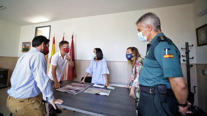 El alcalde de Batres con la delegada del Gobierno en el puesto de control durante el incendio que afectó al pueblo.