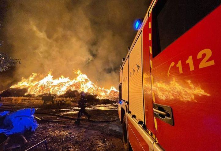 Bomberos trabajando en el incendio de una fábrica de compostaje