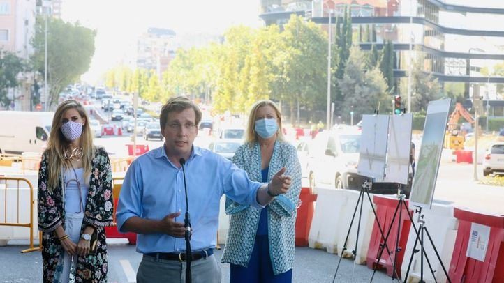 El alcalde, José Luis Martínez-Almeida, ha visitado las obras en el eje Joaquín Costa-Francisco Silvela junto a la delegada de Obras, Paloma García Romero, y la concejala Sonia Cea.