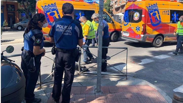 Heridas dos personas que iban en un patinete eléctrico tras chocar contra un autobús en Embajadores
