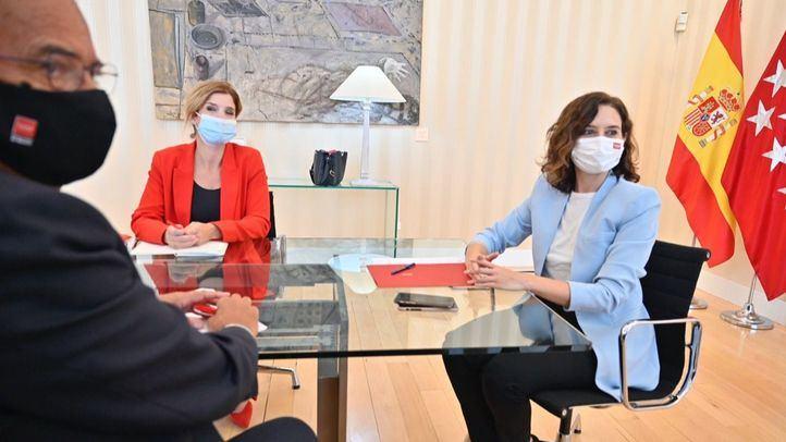 Hana Jalloul y la presidenta de la Comunidad de Madrid, Isabel Díaz Ayuso, durante la reunión que mantuvieron el pasado lunes en la Puerta del Sol