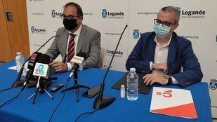El portavoz de Cs, Enrique Morago, y el alcalde, Santiago Llorente, en la presentación del acuerdo de Gobierno.