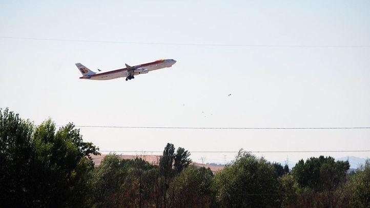 Un avión despega desde Barajas