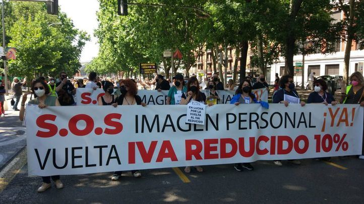 La rebelión de las tijeras rotas: 3.000 peluquerías al borde del cierre en Madrid