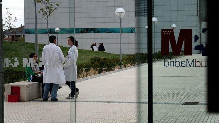 Médicos en el exterior del hospital Puerta de Hierro