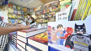 Largas colas en el primer domingo de la Feria del Libro de Madrid