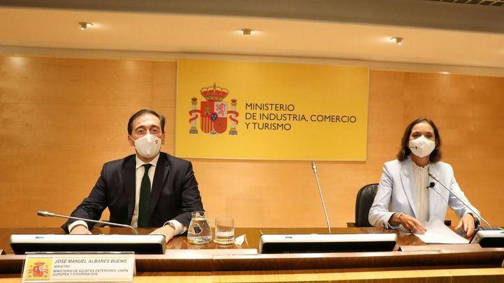 El ministro de Asuntos Exteriores, Unión Europea y Cooperación, José Manuel Albares (i), y la ministra de Industria, Comercio y Turismo, Reyes Maroto (d), durante una rueda de prensa tras la presentación de los avances del proyecto de la nueva sede de la OMT