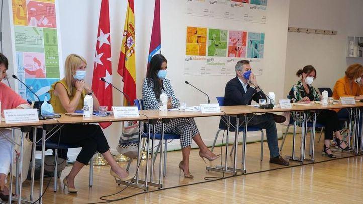 La vicealcaldesa, Begoña Villacís, y la delegada de Cohesión Territorial, Transparencia y Participación Ciudadana, Silvia Saavedra, en la Comisión Permanente del Plan SURES.