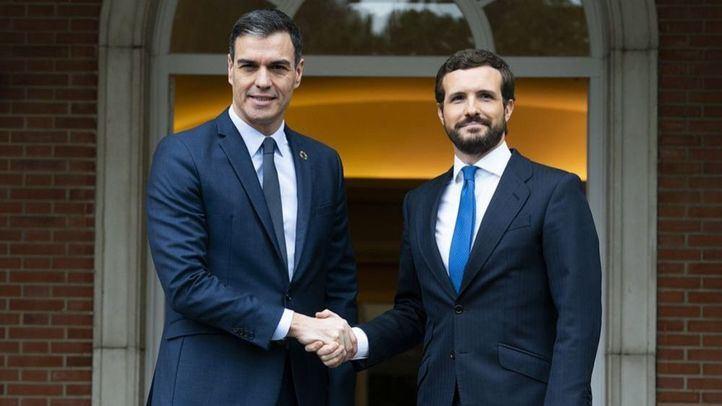 Pedro Sánchez y Pablo Casado antes de su reunión en el Palacio de La Moncloa