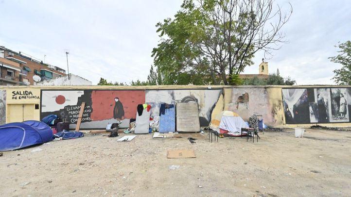 El mural homenaje a Robert Capa, rodeado de cochones, maletas y otros enseres