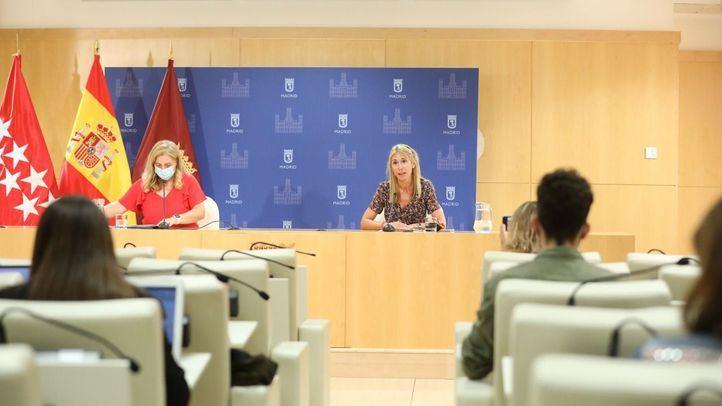 La portavoz municipal, Inmaculada Sanz, y la delegada de Cohesión Territorial, Participación Ciudadana y Transparencia, Silvia Saavedra.