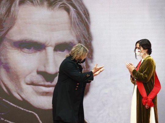 Isabel Díaz Ayuso entrega a Nacho Cano la Gran Cruz del Dos de Mayo
