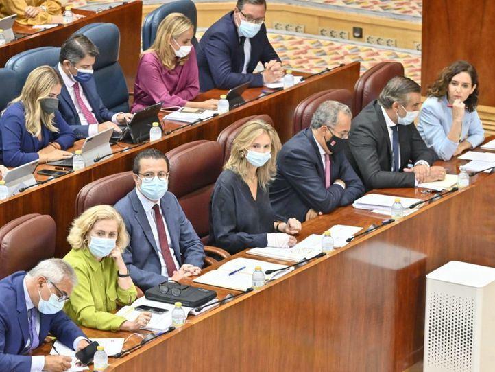 El Grupo Parlamentario Popular, encabezado por la presidenta de la Comunidad de Madrid, Isabel Díaz Ayuso, durante el pleno del pasado jueves