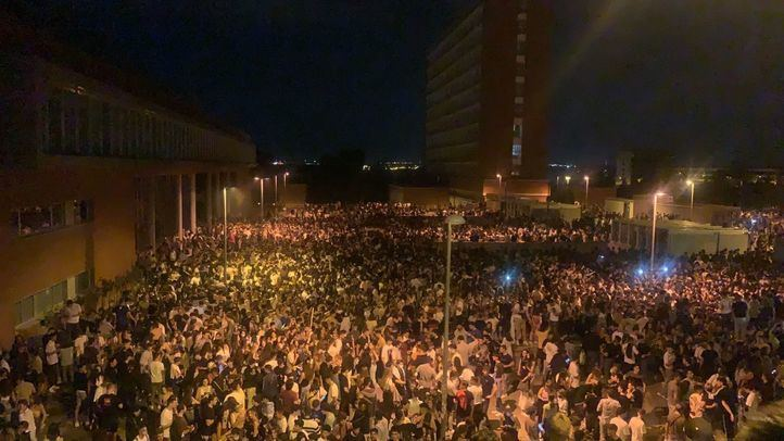 Miles de jóvenes se dan cita en un macrobotellón en Ciudad Universitaria