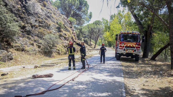 Los bomberos en una imagen de archivo trabajando en la extinción del incendio del Pantano de San Juan
