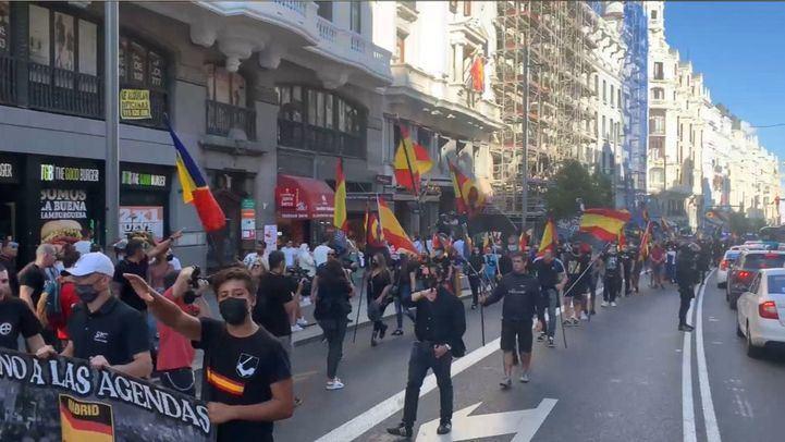 Un grupo de extrema derecha recorre Gran Vía lanzando consignas contra el colectivo LGTBI