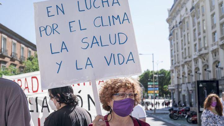 La plaza de las Cortes acoge una protesta contra la ampliación de Barajas