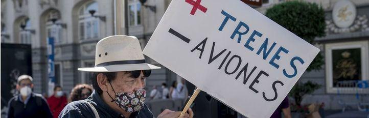 Más de 200 organizaciones protestan contra la ampliación del aeropuerto de Barajas