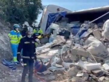 Herido grave un conductor al caer la carga de un camión de escombros sobre su coche en Valdelaguna