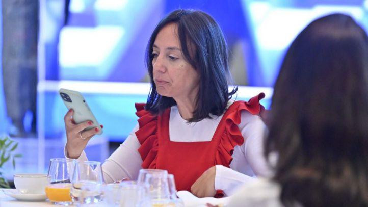 La delegada del Gobierno en la Comunidad de Madrid, Mercedes González, durante el desayuno informativo protagonizado por la portavoz del PSOE en la Asamblea de Madrid, Hana Jalloul