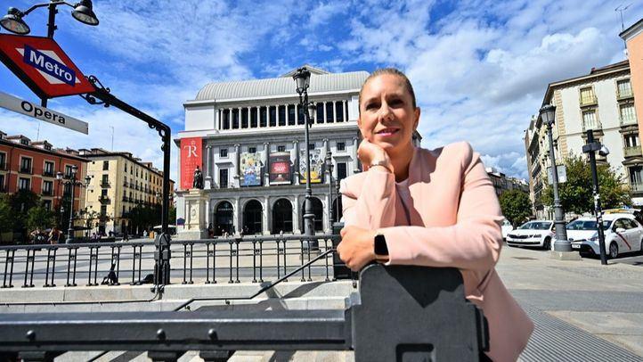 Ana Banquer, directora del Servicio del Año, en el exterior del Metro de Ópera y al lado del Teatro Real.
