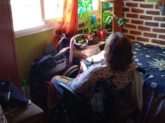 Lidia frente a la ventana: el único contacto que tiene con el exterior