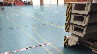 El suelo de goma sobre el que los usuarios están practicando deporte tras haber tenido que retirar la tarima