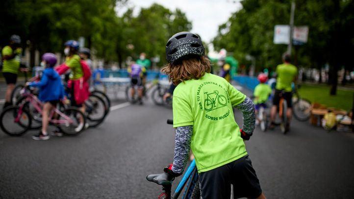Varios niños participan en la I Ruta ciclista contra el cáncer en el Paseo de la Castellana