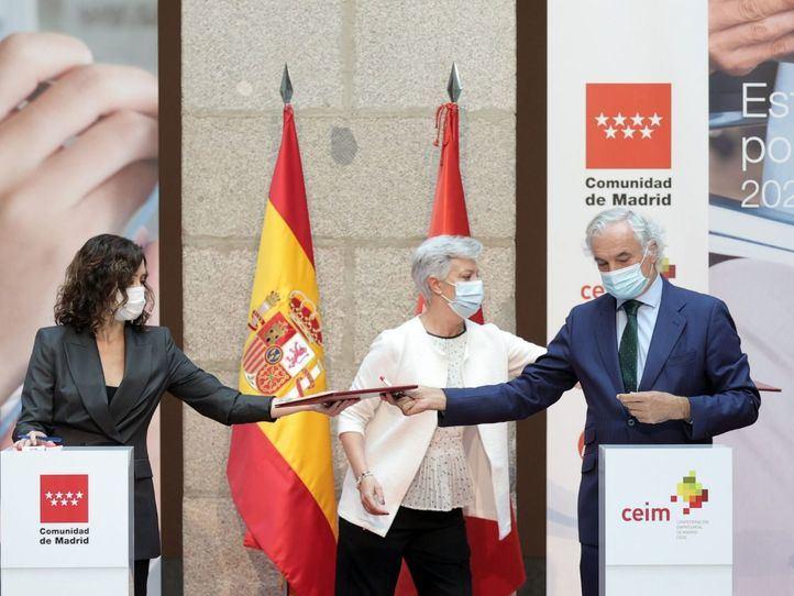 La presidenta de la Comunidad de Madrid, Isabel Díaz Ayuso y el presidente de la Confederación Empresarial de Madrid CEIM- CEOE, Miguel Garrido, durante la firma de la Estrategia Madrid por el Empleo 2021-23, en la Real Casa de Correo