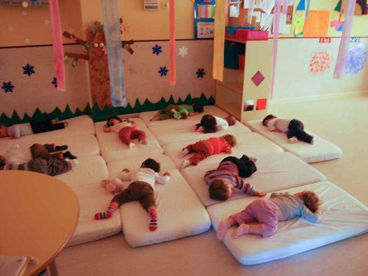 Niños durmiendo la siesta en una escuela infantil.