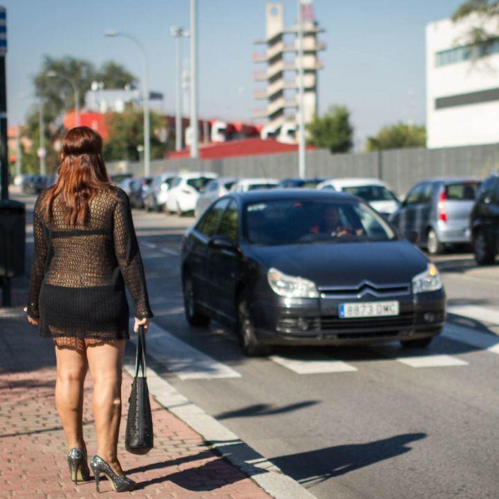 La asociación feminista de trabajadoras del sexo (AFEMTRAS) limpia las calles del polígono Marconi como protesta contra la Ley de Seguridad Ciudadana.